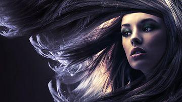 Nainen hiukset hulmuten.