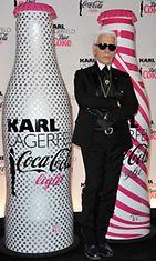 Karl Lagerfeld suunnitteli naiselliset grafiikat pulloihin.
