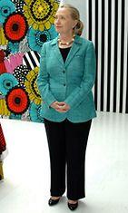 Marimekko-fani Hilary Clinton Suomen vierailullaan kesällä 2012.