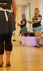 Bettie Blackheatr opettaa burleskitanssitunnilla