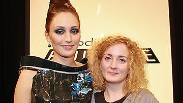 Laura Korhonen ja malli Katriina. Tuomarit seurasivat kuudettä näytöstä. Kuva: MTV3.