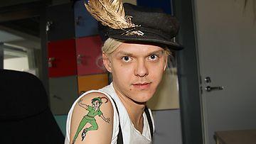 Antti Asplund otti Peter Pan -tatuoinnin isänsä muistolle. Kuva: MTV3.