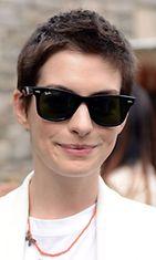 Anne Hathaway Stella McCartneyn muotinäytöksessä.