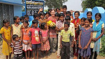 Heidi tapaamassa Rajnandgaonin lastenkerholaisia Intiassa. Kerhoissa lapset saavat tietoa muun muassa oikeuksistaan ja ympäristöasioista.
