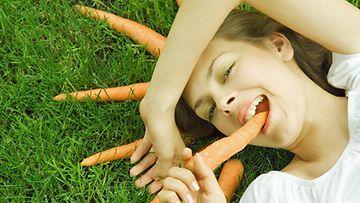 Porkkanoiden popsiminen pitää sydämen terveenä.