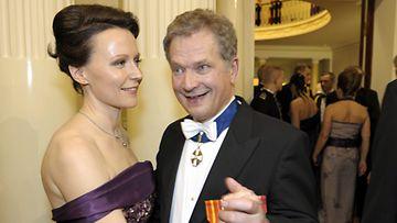 Kokoomuksen presidenttiehdokas Sauli Niinistö tanssii vaimonsa Jenni Haukion