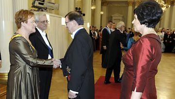 Paavo Väyrynen vaimonsa Vuokko Väyrysen kanssa Linnan juhlissa.
