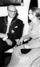Presidentti Kekkonen äitinsä kanssa Presidentinlinnassa vuonna 1956.