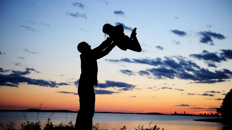 4. Isä nostaa tytärtään