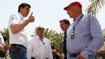 Toto Wolff (vas.), Bernie Ecclestone, Christian Horner ja Niki Lauda Bahrainin GP:ssä 2013.