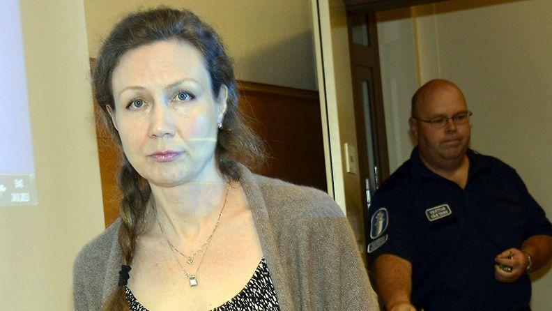Anneli Auer saapumassa Satakunnan käräjäoikeuden saliin tiistaina 24. syyskuuta 2013.