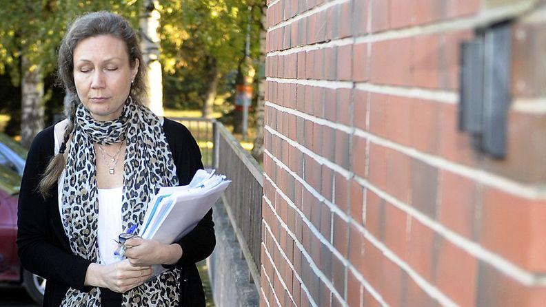 Anneli Auer saapumassa oikeudenkäyntiin Satakunnan käräjäoikeudessa joka jatkui perjantaina 4. lokakuuta 2013.
