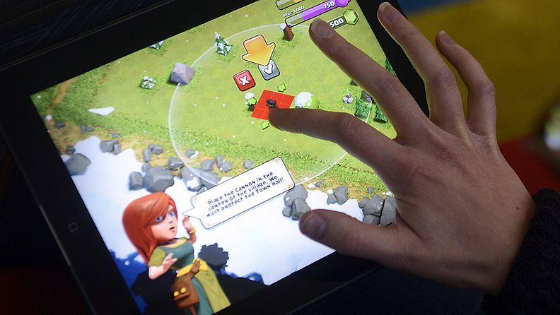 Pelaaja pelaamassa suomalaista, Supercellin suunnittelemaa Clash of Clans -peliä iPadillä perjantaina 14. joulukuuta 2012.