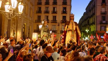 Tuhannet festivaalivieraat saapuivat Barcelonan kaupungintalolle katsomaan Ferran Adriàn avajaispuhetta sekä perinteistä jättiläisten kulkuetta.