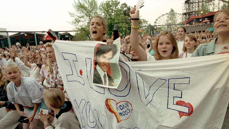 """Kauniit ja rohkeat -televisiosarjan näyttelijä Ronn Moss (""""Ridge Forrester"""") vieraili Helsingin Linnanmäellä, 16.5.1993. Kuvassa innokkaita Ridge-faneja."""