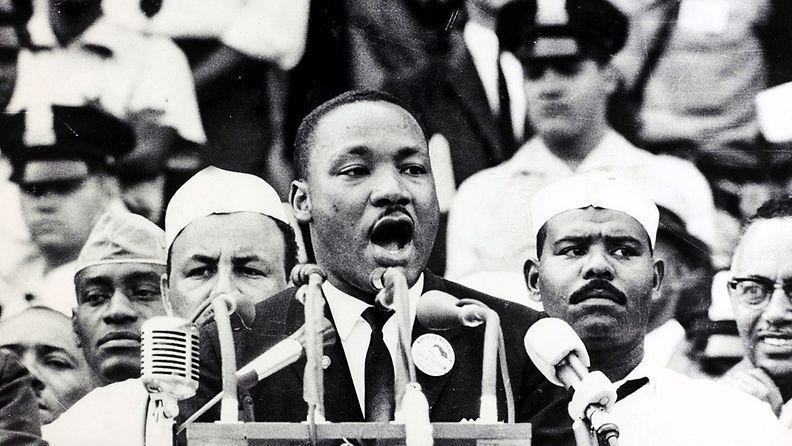 Martin Luther King puhuu Lincolnin muistomerkin juurella 28.8.1963.