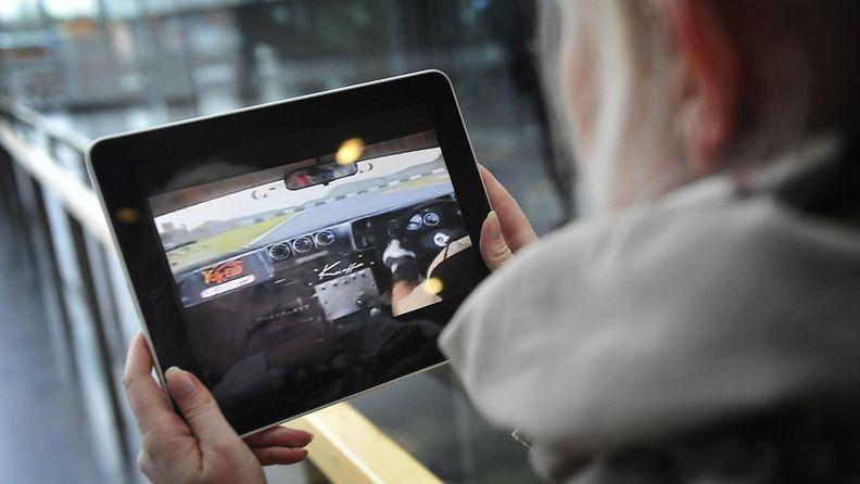 Nainen katselee videota iPadiltä Helsingin keskustassa 21. syyskuuta 2010.