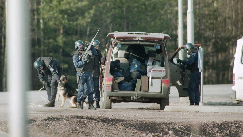 Poliisi piirittää Mika Murasen oletettua piilopaikkaa Karhulassa 19.4.1994. Kymen ilmatorjuntarykmentissä palvellut varusmies Muranen tappoi jalkajousella kolme ihmistä Karhulassa (18. ja 19. huhtikuuta 1994.) ja ammuskeli varuskunnasta varastamallaan rynnäkkökiväärillä ihmisiä kohti.