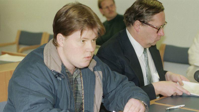 Kotkan Karhulassa kolme ihmistä surmannut Mika Muranen Kotkan käräjäoikeudessa (edessä) asianajajansa Risto Lehtosen kanssa 6. lokakuuta 1994. Kymen ilmatorjuntarykmentissä palvellut varusmies Muranen tappoi jalkajousella kolme ihmistä Karhulassa (18. ja 19. huhtikuuta 1994.) ja ammuskeli varuskunnasta varastamallaan rynnäkkökiväärillä ihmisiä kohti.