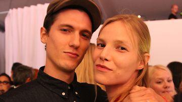 Huippumalli Suvi Koponen miehensä Tyler Riggsin kanssa Helsinki Fashion Weekend -tapahtumassa torstaina.