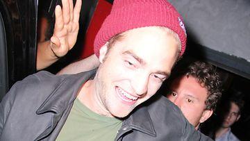 Robert Pattinson poistumassa yökerhosta.