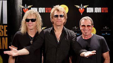 Bon Jovin Tico Torres (vas.) joutui keskiviikkona leikkaukseen. Jon Bon Jovi ja David Bryan ovat tukena.
