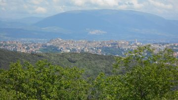 Perugia, taustalla Assisi, kuvattuna Malbe vuorelta.JPG