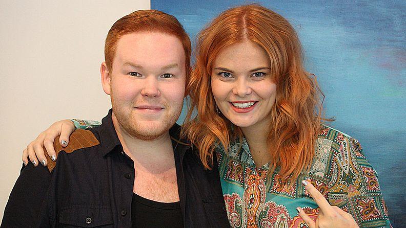 Ville Niskanen ja Erika Viklund saivat punaista väriä hiuksiinsa ennen Idols-liveä
