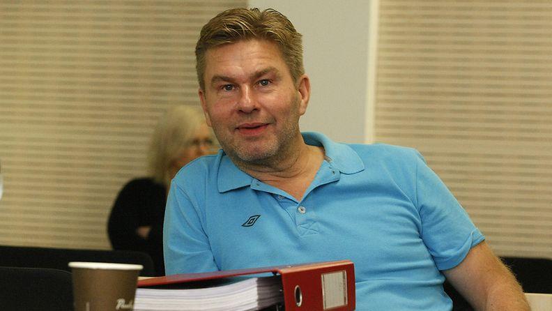 Ilmaisjakelulehti Magneettimedian päätoimittaja Juha Kärkkäinen Ylivieska-Raahen käräjäoikeudessa maanantaina 30. syyskuuta 2013