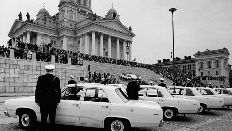 MTV Oy 50-vuotta  Hyväntahdon partioautojen luovutus 14.5.1967  Poliisisoittokunta  Suomi-tytöt ja pojat laulavat  Kutsuvieraat rappusilla  kuva Kauko Kivi