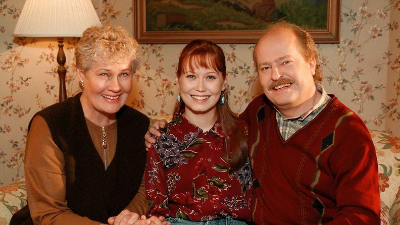 Salatut elämät on MTV3:n esittämä draamasarja, jonka ensimmäinen osa tuli 25. tammikuuta 1999.   Kuvassa: Maija-Liisa Peuhu, Sanna Luostarinen ja Jarmo Koski 30.11.1998