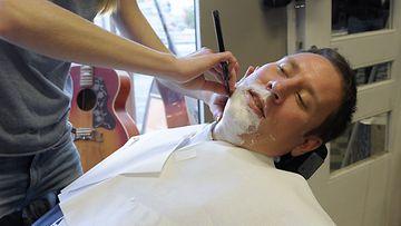 Kulttuuri- ja urheiluministeri Paavo Arhinmäen parta ajettiin hyväntekeväisyyskampanja Movemberin perinteisessä avaustilaisuudessa Helsingissä 30. lokakuuta 2013.