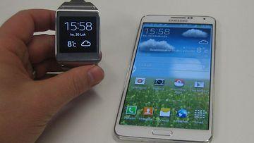 Samsung Galaxy Gear -älykello ja Galaxy Note 3 -älypuhelin kommunikoivat langattomasti keskenään.