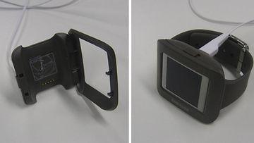 Samsung Galaxy Gearin latauksessa käytettävä telakka on toteutukseltaan hieman kankea, joskin se ajaa asiansa.