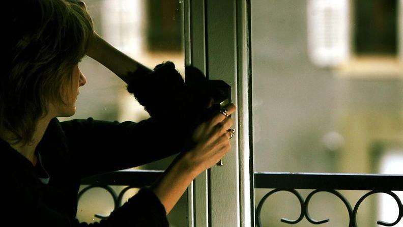 1. Nainen ikkunassa.jpg