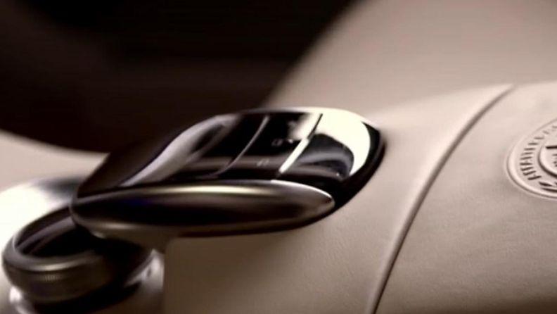 Mercedes-Benz, Touchpad-ohjain kuvakaappaus mainosvideosta.