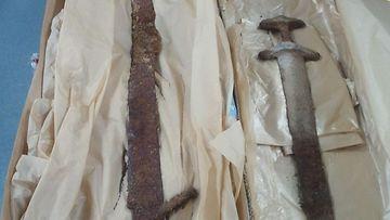 Haudasta tehtiin harvinainen löytö. Siellä oli kaksi eri aikakausille ajoittuvaa miekkaa, viikinkiaikainen (800-1050 jaa.) ja ristiretkiaikainen (vas.) (1050-1150 jaa.). Janakkalalaiset historianharrastajat tutkivat lokakuun lopussa metallinilmaisimien kanssa peltoa ja löysivät rautaisen keihäänkärjen ja kirveenterän. He lopettivat tutkimisen ja ilmoittivat löydöistä Museovirastolle, jonka tutkijat löysivät paikalta ruumishaudan.