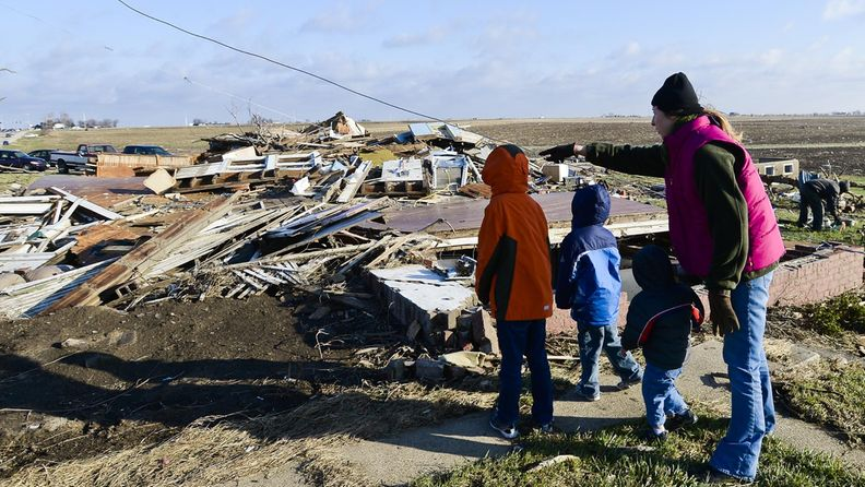 Lindsey Dubois katseli tornadon tekemiä tuhoja kotitalollaan Illinoisin Washingtonissa 18. marraskuuta 2013.