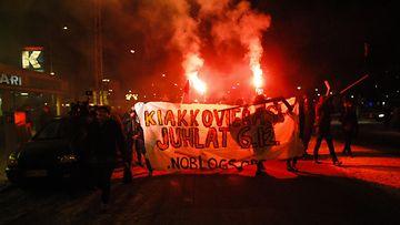 Kiakkovieraiden mielenosoituskulkue Tampereella 6. joulukuuta 2013. Kulkue lähti liikkeelle Tammelantorilta