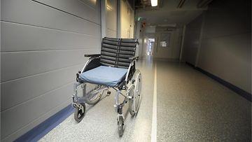 hoitaja hoiva vanhuus sairas sairaus sairaala pyörätuoli