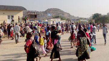 Levottomuuksia pakenevat siviilit etsivät suojaa Jubanin kansainväliseltä lentokentältä Etelä-Sudanissa.
