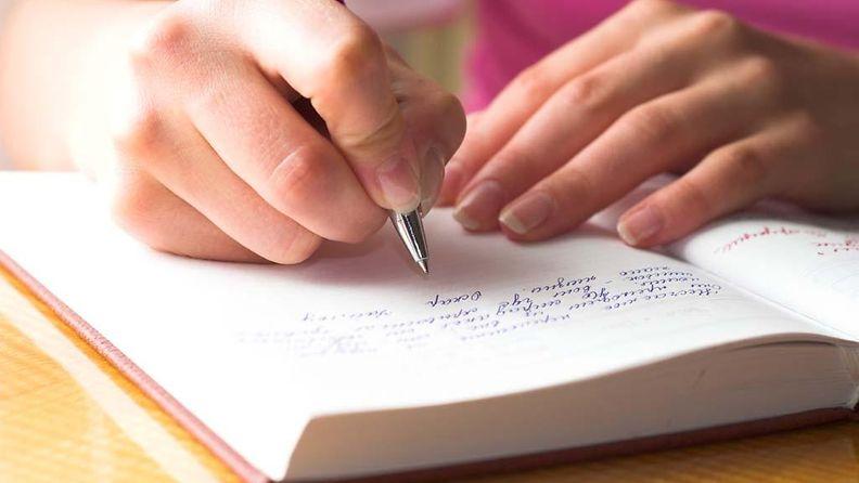 4. Nainen kirjoittaa päiväkirjaa.jpg