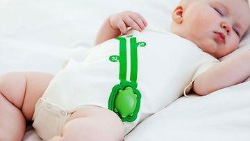 Vauvan päälle puettavan älylaitteen sensorit tarkkailevat lasta.