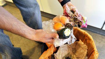 Maa- ja elintarviketalouden tutkimuskeskuksen MTT:n mukaan kaikkiaan kotitaloudet pistävät roskiin viisi prosenttia ostamastaan ruuasta.