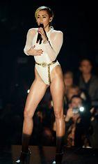 Miley Cyrus esiintyi rohkeassa asussa MTV-gaalassa.