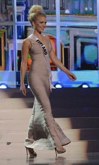 Lotta esiintyi semifinaalissa myös kauniissa ihonmyötäisessä mekossa.