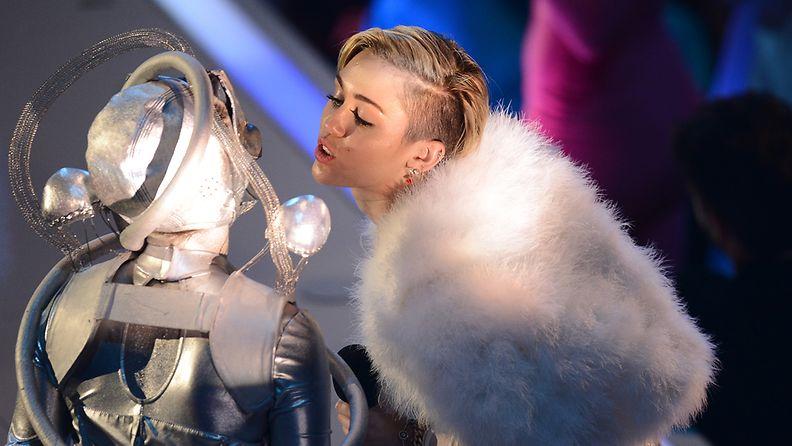 Miley Curys kulkee kohusta kohuun.