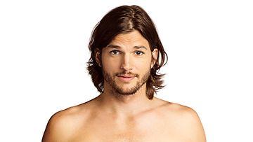 Ashton Kutcher Miehen puolikkaissa.