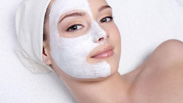 Hemmottele ihoasi helteellä – näin teet itse kasvonaamion