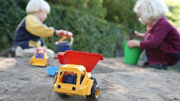 4. Lapset hiekkalaatikolla.jpg
